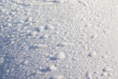 La neve sul parabrezza dell'automobile ha coperto di neve fresca di Natale fotografie stock libere da diritti