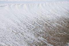 La neve sul pendio della collina, la formazione di valanga non ha disceso immagini stock
