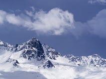 La neve sulla cima della montagna con il fondo del cielo blu fotografia stock libera da diritti