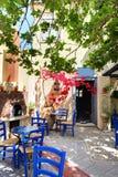 La ánfora con las flores y la tabla griega tradicional Foto de archivo