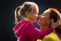 La niña abraza a su madre Fotos de archivo