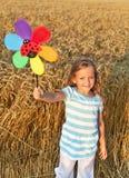 La niña adentro amola el campo en el tiempo de cosecha Fotografía de archivo