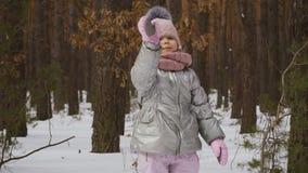 La niña adorable agita la mano a la cámara almacen de metraje de vídeo