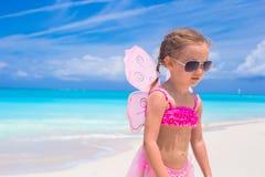 La niña adorable con las alas le gusta la mariposa encendido Fotografía de archivo libre de regalías
