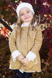 La niña adorable está llevando la ropa del invierno imagen de archivo