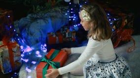 La niña adorna el árbol de navidad almacen de metraje de vídeo
