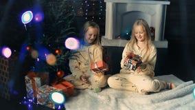 La niña adorna el árbol de navidad metrajes