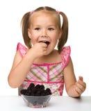 La niña alegre está comiendo la zarzamora fotos de archivo libres de regalías