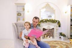 La niña alegre y el papá que se divierten y engañan alrededor, ríen a Imágenes de archivo libres de regalías