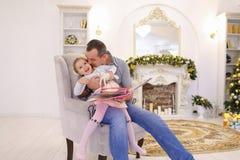 La niña alegre y el papá que se divierten y engañan alrededor, ríen a Foto de archivo