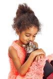 La niña ama su gatito foto de archivo