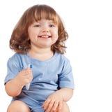 La niña aplica sus dientes con brocha, aislados Imágenes de archivo libres de regalías