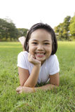 La muchacha se relaja y sonriendo feliz en el parque Imagenes de archivo