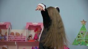 La niña aumenta las manos almacen de video