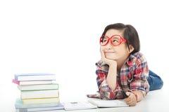 La niña bastante asiática está pensando Imagenes de archivo