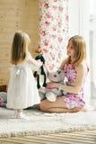 La niña bastante rubia y su madre juegan con los juguetes suaves Fotos de archivo libres de regalías