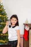 La niña bebió la leche de santa fotografía de archivo libre de regalías
