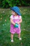 La niña camina en el parque en la hierba imágenes de archivo libres de regalías