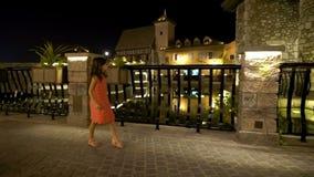 La niña camina en la ciudad antigua en la noche almacen de video