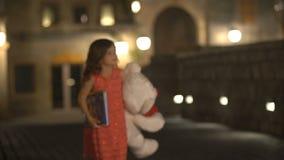 La niña camina en la ciudad antigua en la noche metrajes
