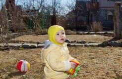 La niña camina en un césped Fotos de archivo libres de regalías