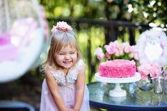 La niña celebra el partido del feliz cumpleaños con la rosa al aire libre Fotografía de archivo libre de regalías