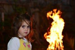La niña celebra el retraso Ba'Omer Jewish Holiday foto de archivo
