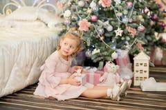 La niña cerca de un abeto de la Navidad Imagen de archivo libre de regalías