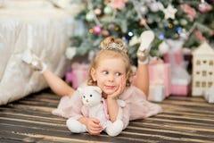 La niña cerca de un abeto de la Navidad Foto de archivo