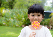 Niño con el lollipop Foto de archivo libre de regalías