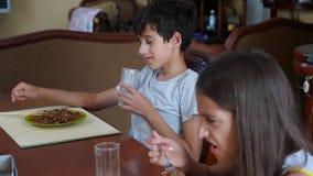 La niña come los tallarines del alforfón con una bifurcación reacio El niño rechaza comer 4 Tiroteo a cámara lenta almacen de metraje de vídeo
