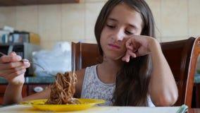 La niña come los tallarines del alforfón con una bifurcación reacio El niño rechaza comer 4 Tiroteo a cámara lenta metrajes