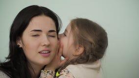 La niña comparte secretos con la madre metrajes
