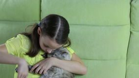 La niña comunica con su gato querido almacen de metraje de vídeo