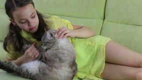 La niña comunica con su gato querido metrajes