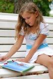 La niña con el libro Imagen de archivo