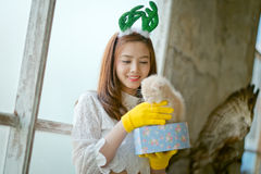 La niña con invierno viste sostener la caja de regalo de la Navidad, Imagenes de archivo