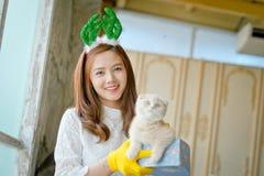 La niña con invierno viste sostener la caja de regalo de la Navidad, Foto de archivo libre de regalías