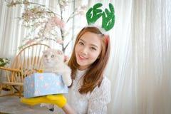 La niña con invierno viste sostener la caja de regalo de la Navidad, Fotos de archivo libres de regalías
