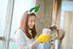 La niña con invierno viste sostener la caja de regalo de la Navidad, Imágenes de archivo libres de regalías
