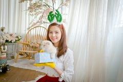 La niña con invierno viste sostener la caja de regalo de la Navidad, Imagen de archivo libre de regalías
