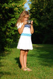 La niña con la cámara vieja Fotografía de archivo libre de regalías