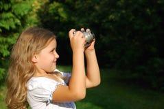 La niña con la cámara vieja Foto de archivo libre de regalías