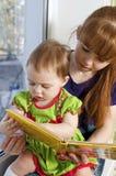 La niña con la mama Imagen de archivo
