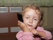 Muchacha y teléfono imagenes de archivo