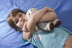 La niña con refiere el sofá Fotografía de archivo libre de regalías