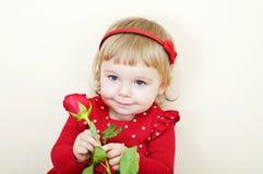 La niña con se levantó Imagen de archivo libre de regalías