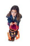 La niña con trampear-o-trata el bolso Imagen de archivo libre de regalías