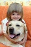 La niña con un perro imagen de archivo