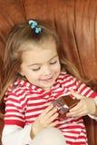La niña con una caja de regalo Fotos de archivo libres de regalías